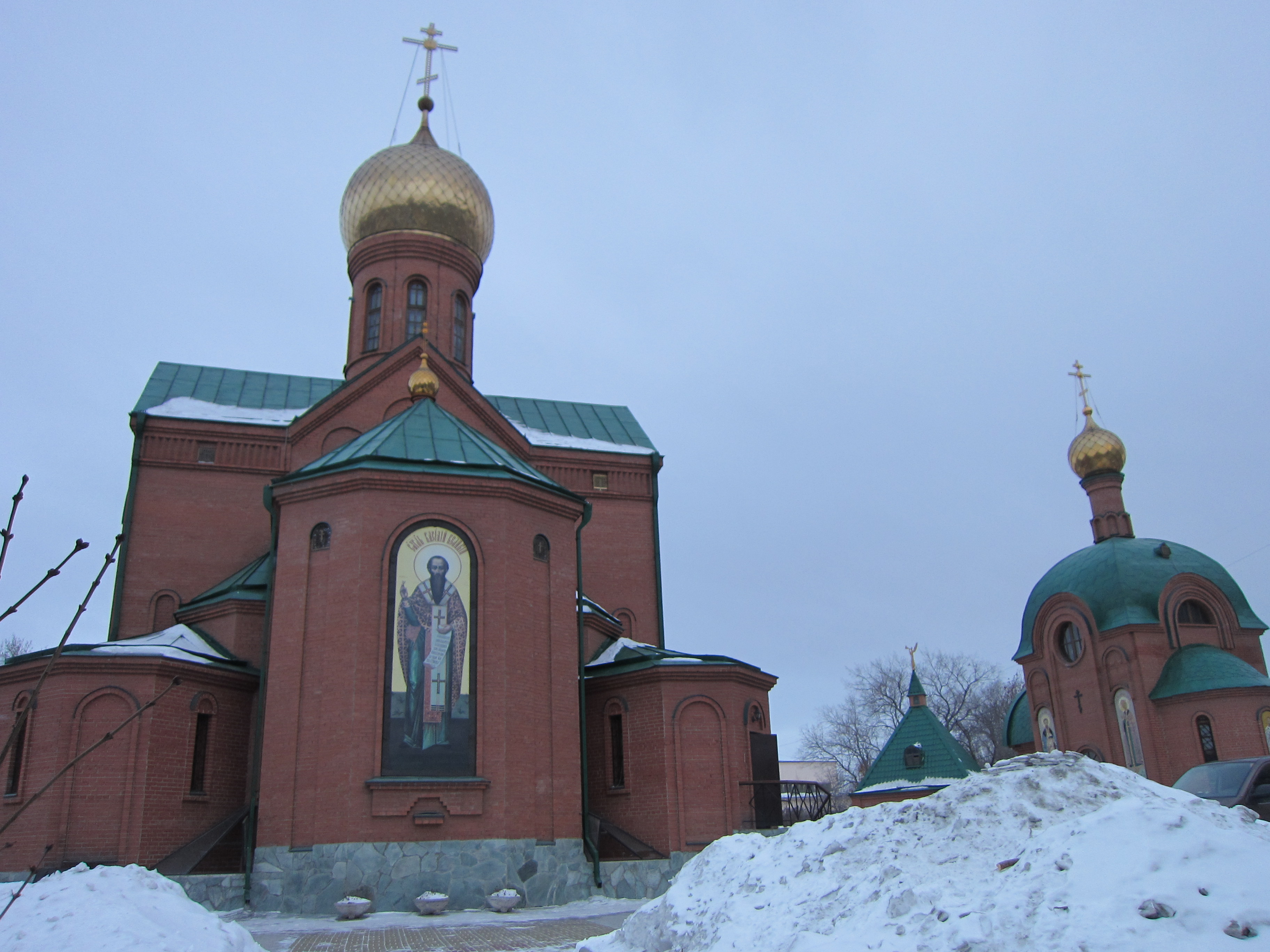 Вид на церкви Св. Василия и Св. Николая со стороны памятника воинам (26.05.2015)