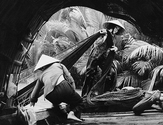 Вьетнамские женщины на реке Меконг занимаются ловлей рыбы, обычно осуществляемой мужчинами (1974г.)