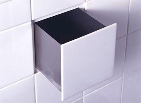 Чтобы сделать плитку-обманку, снимите одну плитку со стены в ванной, а затем проделайте дыру в с