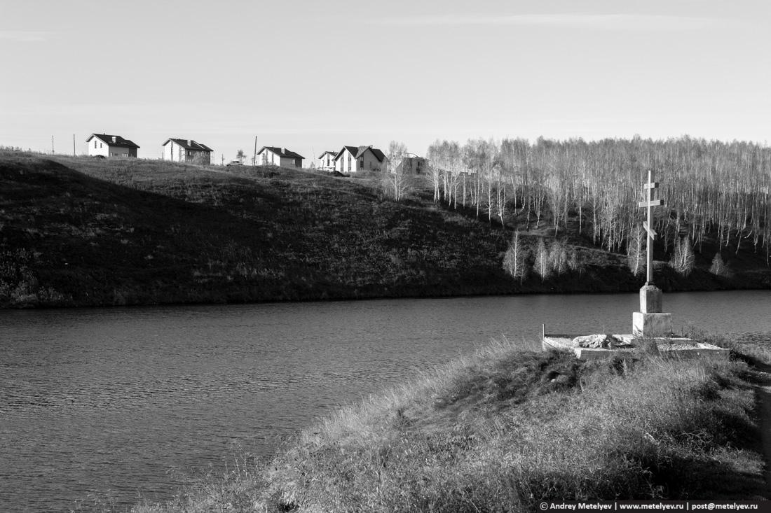 Таун хаусы за крестом в черно белой фотографии