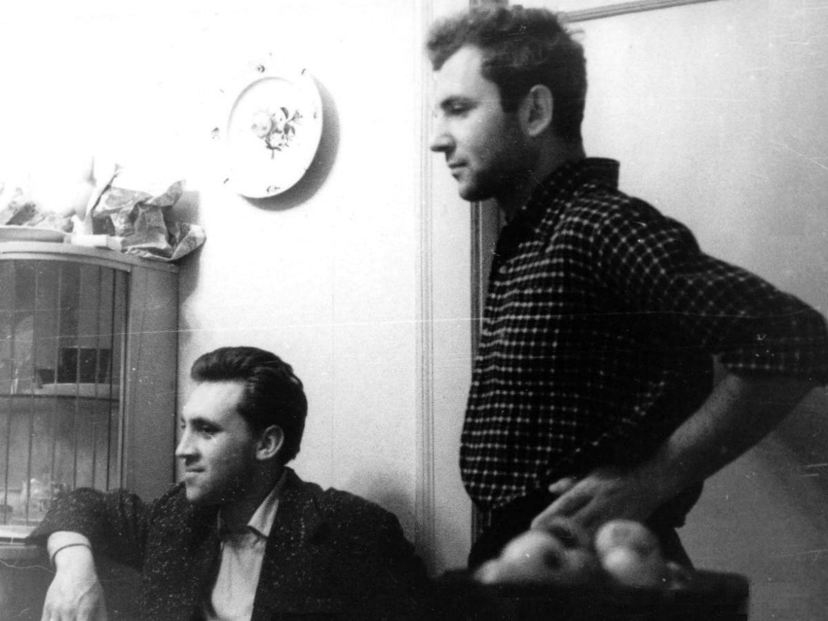 1961. Владимир Высоцкий с Игорем Пушкаревым в гостях у Натальи Собираевой в Ленинграде