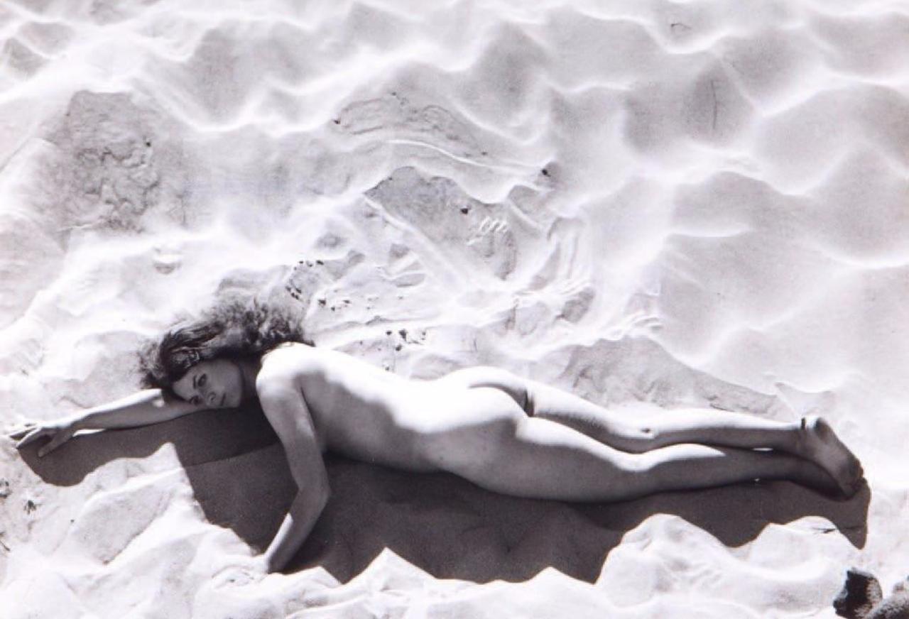 1967. Обнаженная на песке, Франция