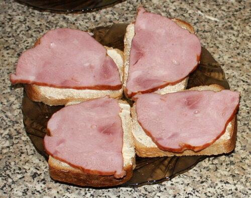Хлеб с маслом и ветчиной