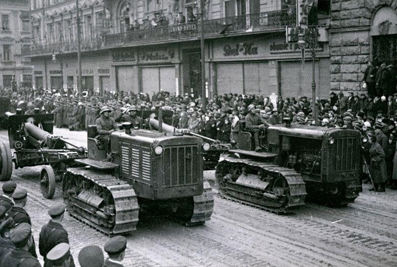 Советская техника проходит по улицам г. Львова после окончания работы Народного собрания Западной Украины Октябрь 1939 г.