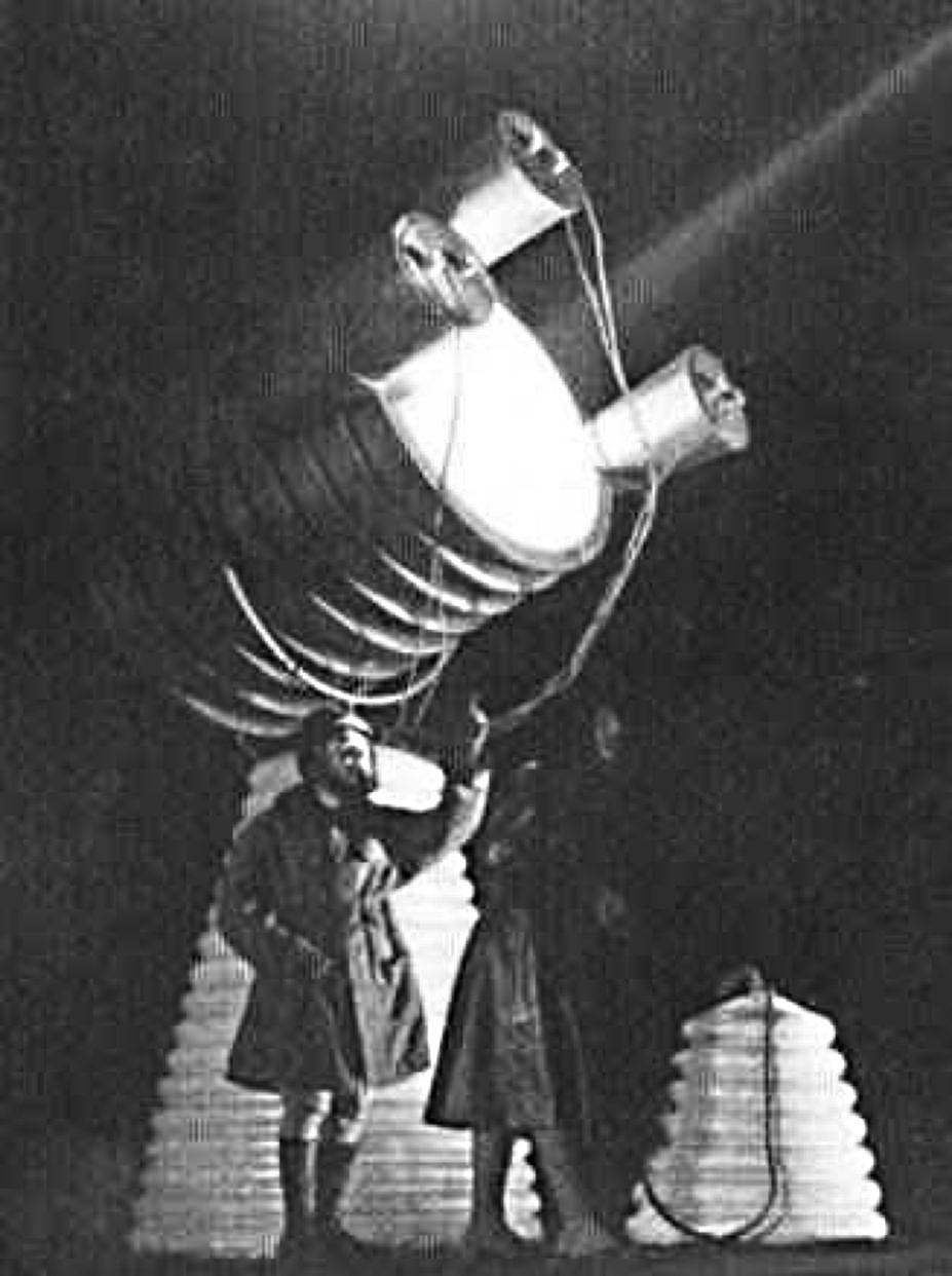 После чего его прозвали Доктор луча смерти. Он демонстрирует прибор, испускающий странные лучи. Лучи способны на расстоянии отключать топливные моторы, зажигать порох в пушках, плавить метал, за секунды убивать мышей. Лучи были способны выводить и строя все электротехнические приборы. По странному стечению обстоятельств, все исследования и работы были утрачены в послевоенные годы. Известно, что он проектировал системы вооружения для британского правительства, такие как системы ПРО. При наведении его лучей, самолёты, либо сгорали, либо падали.