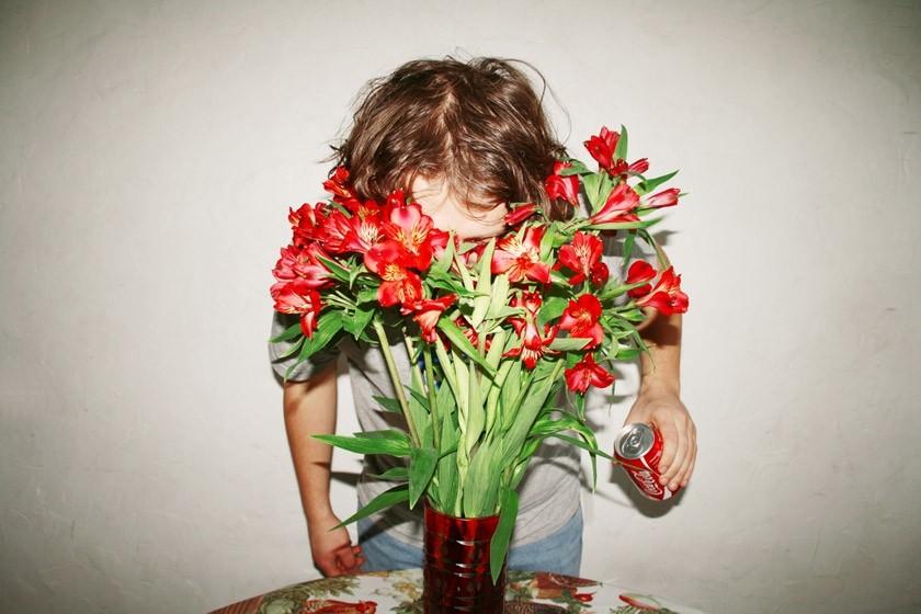 14. Свежие цветы Если в вазу с цветами вылить немного колы, цветы будут стоять гораздо дольше.
