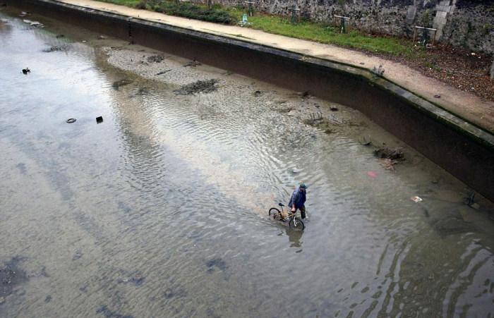 Необычные находки на дне канала Сен-Мартен в Париже