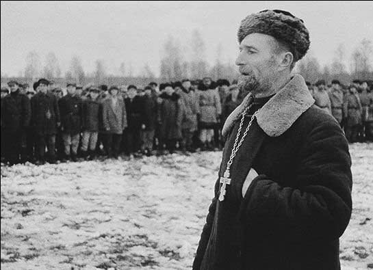 Православный священник выступает перед бойцами партизанского соединения. Ленинградская область.