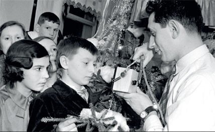 1936. Сын летчика Бабушкина по радио поздравляет свою семью и всех родителей страны с Новым годом