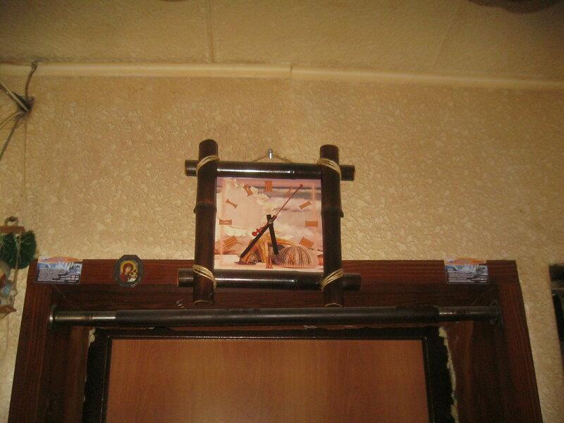 Нецелевое использование мебельной стяжки - для крепления настенных часов. Общий вид.
