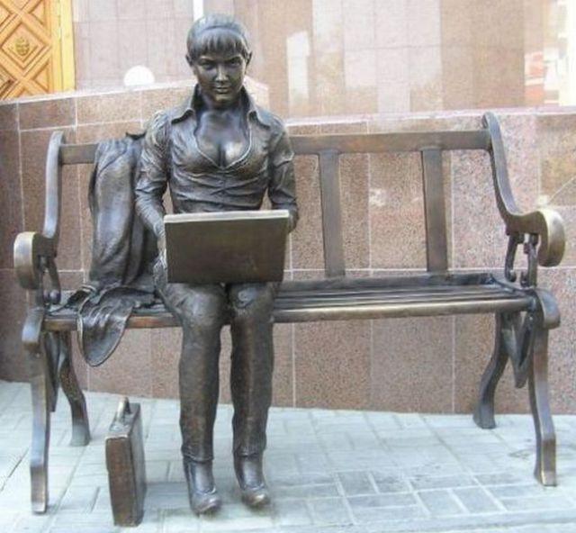 Памятник девушке-блогеру (Костанай)