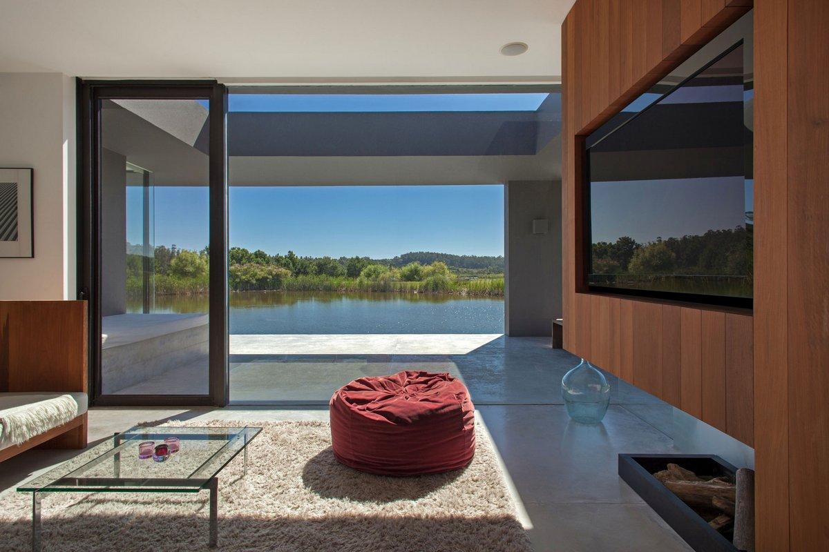 Kallos Turin, Уругвай, дома богачей, дом на берегу озера, вид из спальни на озеро, самые красивые дома мира фото, серый фасад частного дома фото