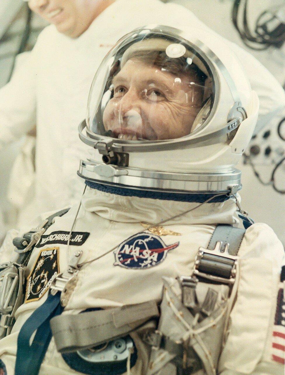 1965, декабрь. Астронавт Уолтер Ширра во время обратного отсчета. Джемини-6A. При первой попытке старта, компьютер выключил двигатели ракеты-носителя сразу же после включения. Вторая попытка старта состоялась через три дня