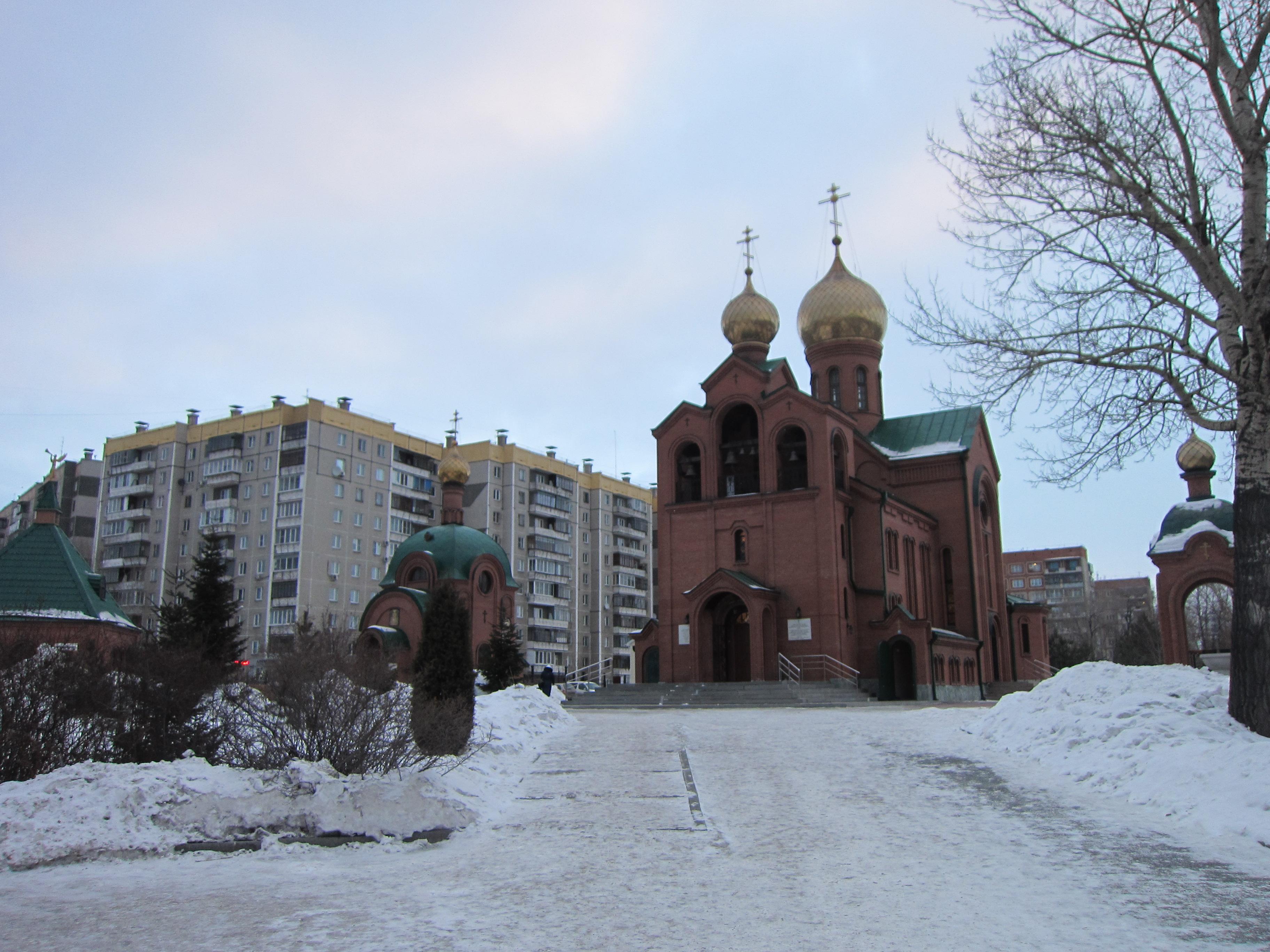 Общий вид на церковь Святителя Василия Великого со стороны главного входа (26.05.2015)