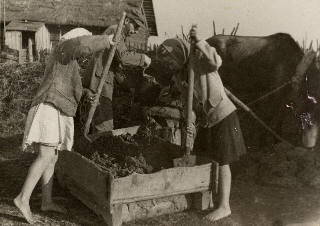 Приготовление раствора для кирпича. Раствор разливали в формы, Фото Семака Франца 1937