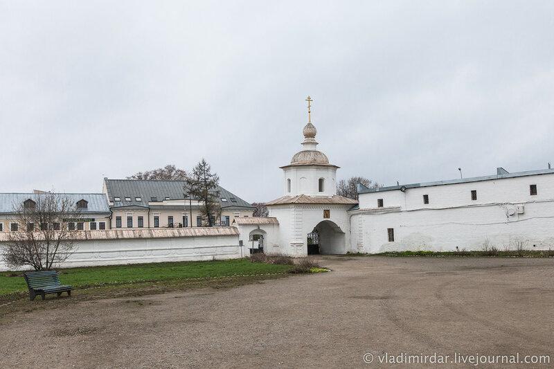 Святые врата соборной площади Ростовского кремля