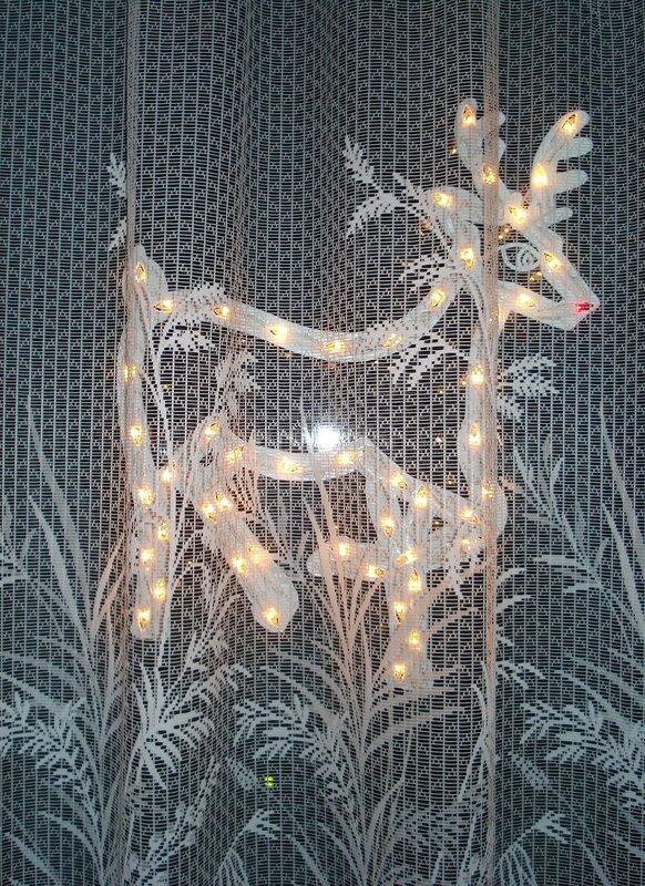 Любимое оконное украшение на Рождество.