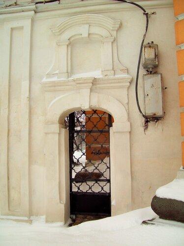 Дверь в ограде