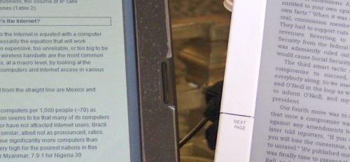 Сравнение гибридного экрана Pixel Qi и традиционного e-ink (справа)