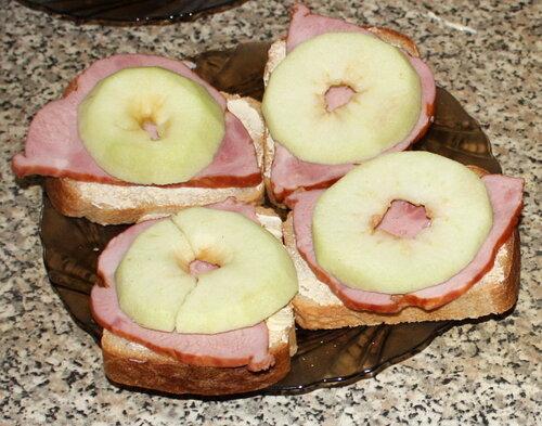 Хлеб с маслом, ветчиной и яблоками