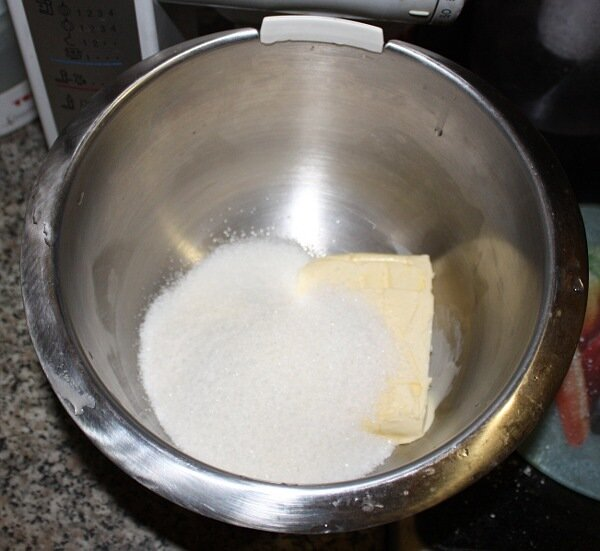 Сахар, масло, желток