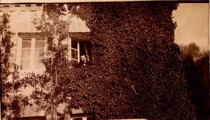 Один из гостей семьи князей Юсуповых выглядывает из окна господского дома в имении Юсуповых