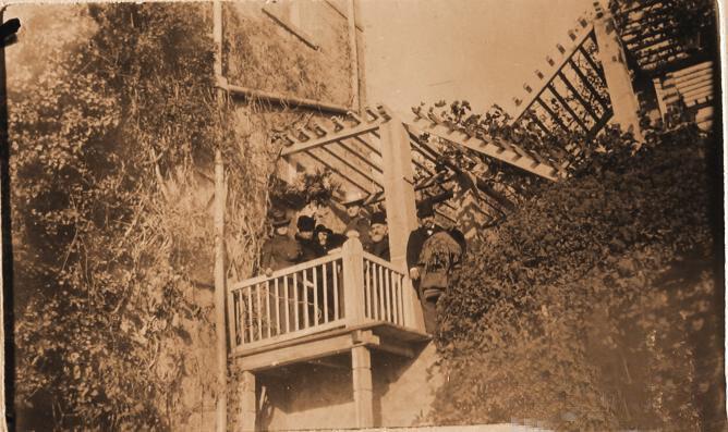 Гости семьи князей Юсуповых на балконе, пристроенном к господскому дому, в имении