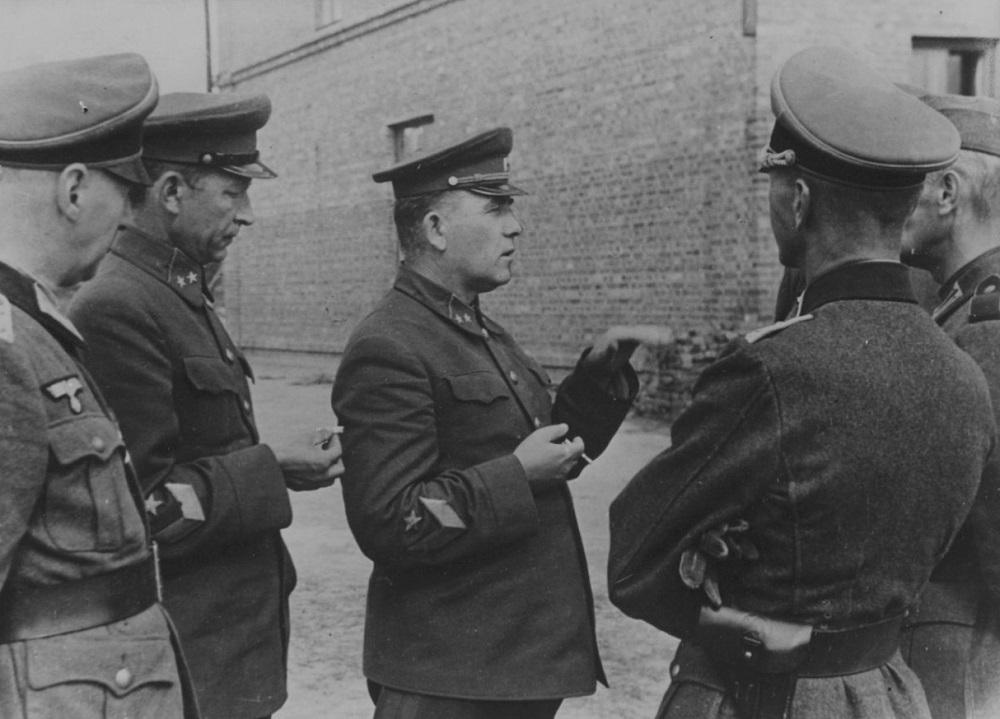 Пленные советские генералы П.Г. Понеделин и Н.К. Кириллов разговаривают с немецкими офицерами в районе Умани.jpeg
