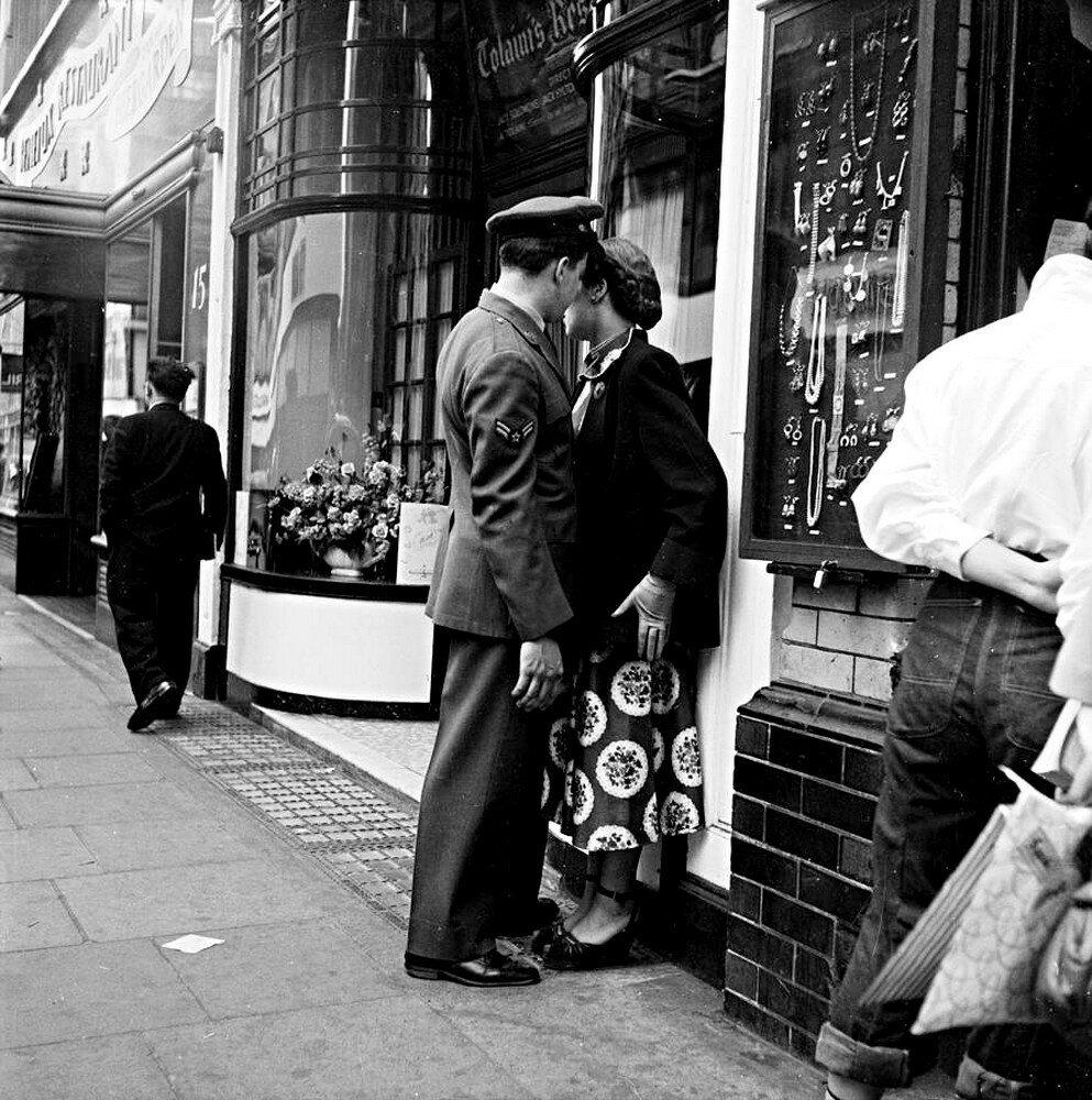 Пара беседует на Пикадилли, Лондон