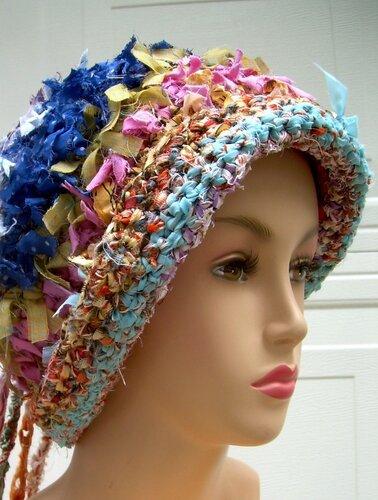 ...увидела такое чудо природы - шапки связанные крючком из полосок ткани.