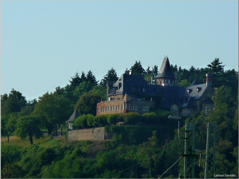 Вид на неизвестный замок снизу.