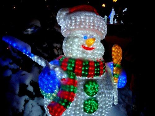 Астрахань, снеговик у офиса ГАЗПРОМа