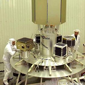 Платформа с космическими аппаратами. Декабрь 2002 г. © «Космотрас»