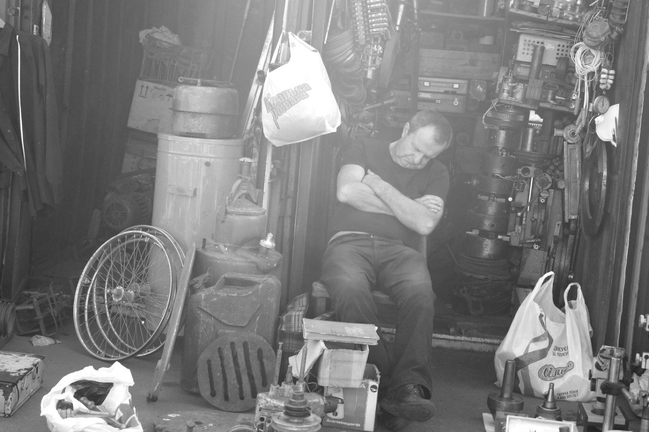 продавец спит