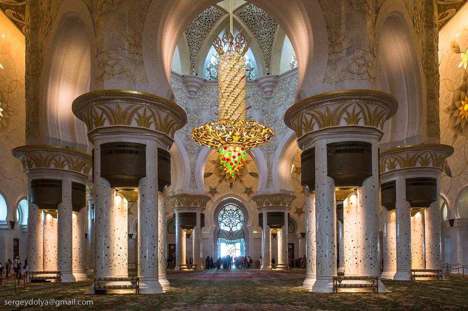 Стены имеют подсветку из оптоволокна, сделанную так, чтобы не отвлекать верующих от молитвы.