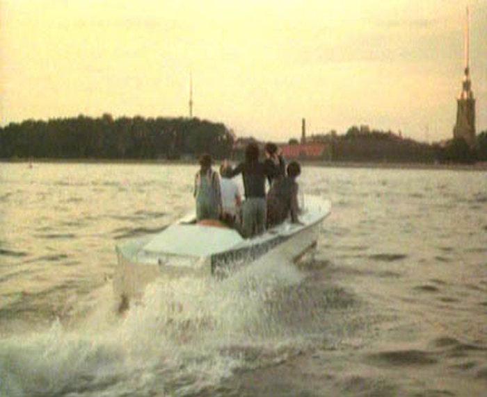 80. Подплывают к Петропавловке. У льва оказалась реактивная лодка (видимо, движется силой львиной мы