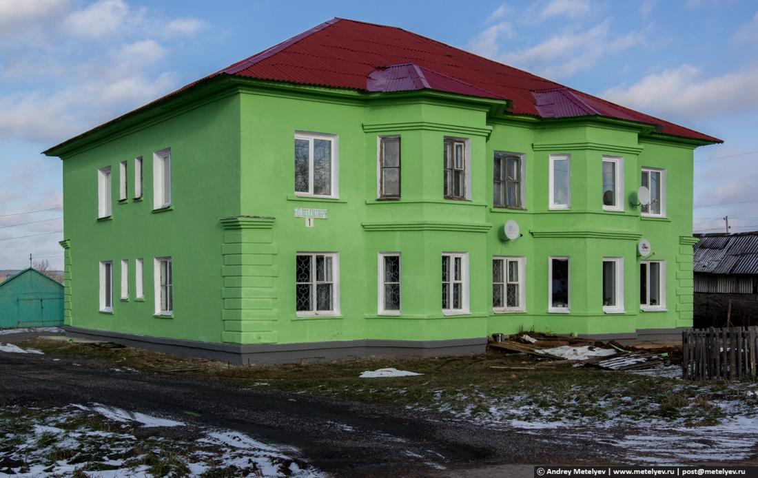 Зеленый дом в поселке Атиг, возле храма
