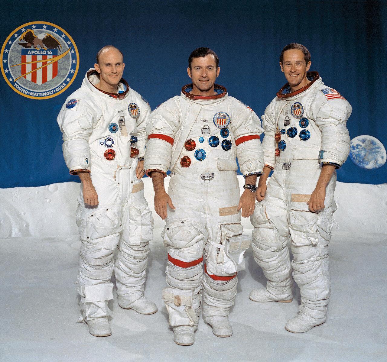 «Аполлон-16»  — десятый пилотируемый полёт в рамках программы «Аполлон», состоявшийся 16—27 апреля 1972 года. На снимке: Томас К. Маттингли II, пилот командного модуля, Джон У. Янг, командир, и Чарльз М. Дюк-мл, пилот лунного модуля