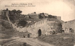 Вид на Баят-капы и Кала-капы. Южная городская стена
