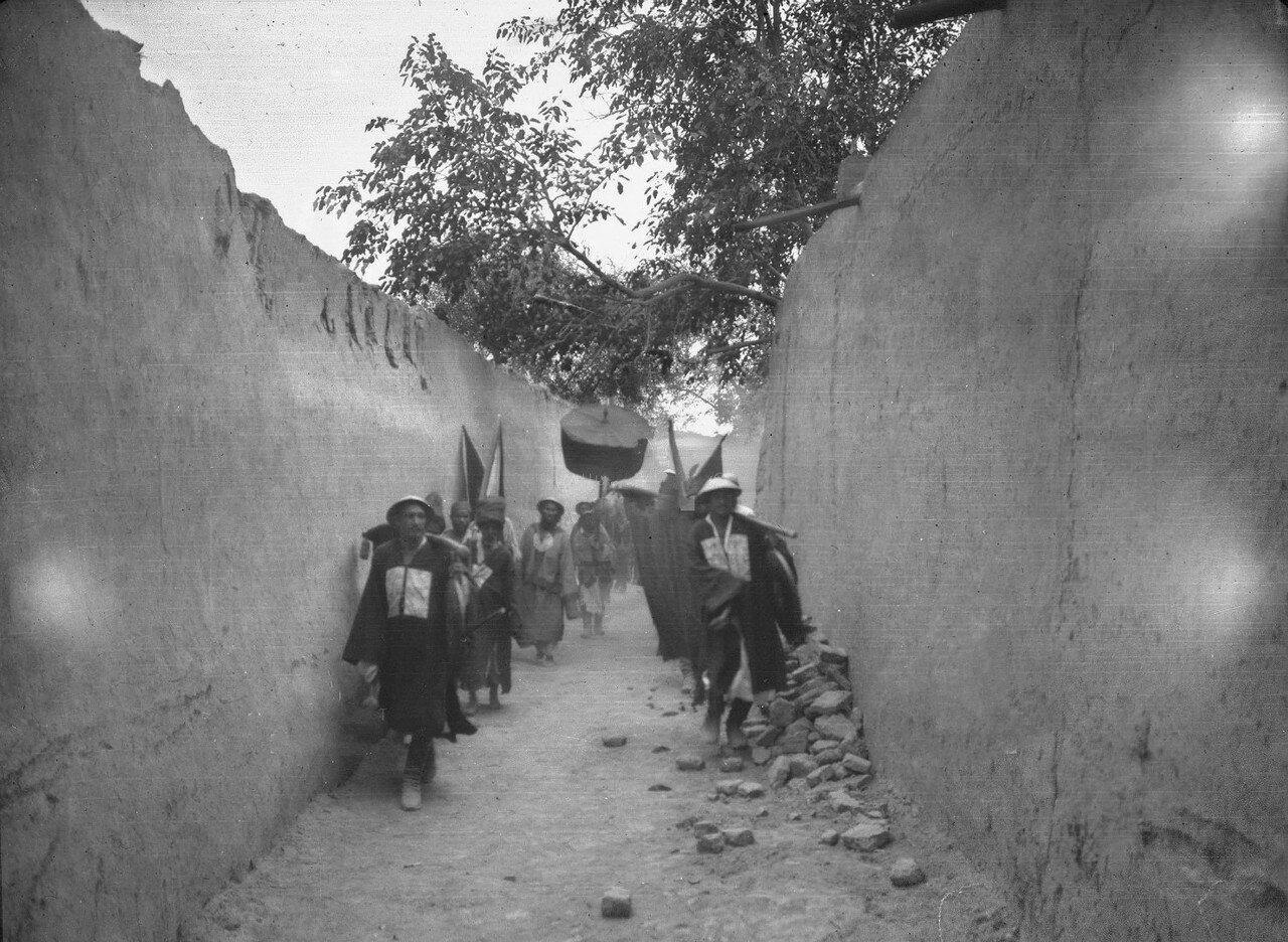 Кашгарский даотай Хуан Хун Чжу в сопровождении слуг проходит по улице