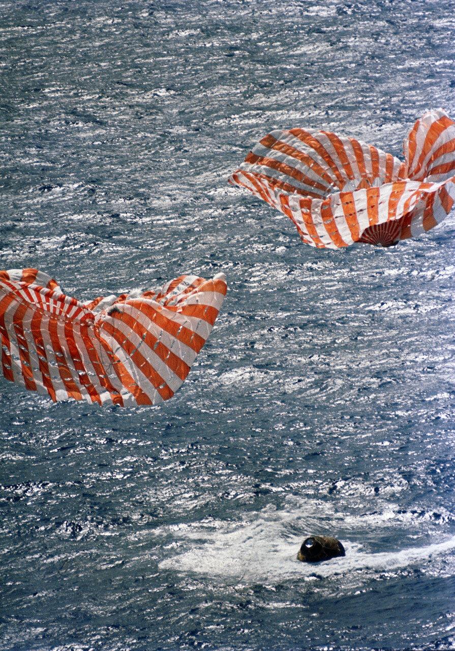 Итоги экспедиции: Был восстановлен престиж американской космической программы, упавший после аварии корабля «Аполлон-13». На снимке: Приводнение спускаемого аппарата