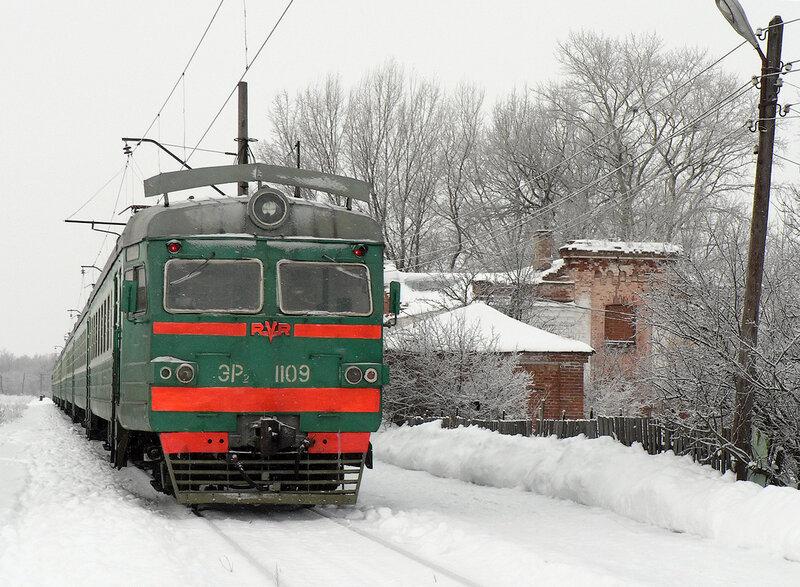 Электропоезд ЭР2 на ст. Ясаково