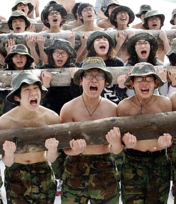 Школьники в зимнем военном лагере в Ансан, около 40 км к юго-западу от Сеула, Южная Корея, 6 января 2010.