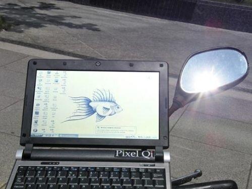 Ноутбук в режиме e-ink экрана на открытом солнце