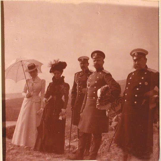 Княгиня З.Н.Юсупова (слева) и князь Ф.Ф.Юсупов, граф Сумароков-Эльстон (3-й слева) со своими гостями во время прогулки.
