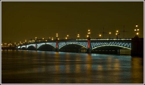 Троицкий мост. Огни по ребрам моста не горят, а мигают. Подсветка опор плавно меняет свой цвет.