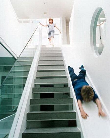 Британский архитектор создал лестницу-скат для детей.