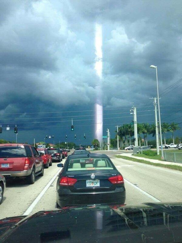 Световой луч в Южном Форте Майерс, штат Флорида, США 15 августа 2015 года