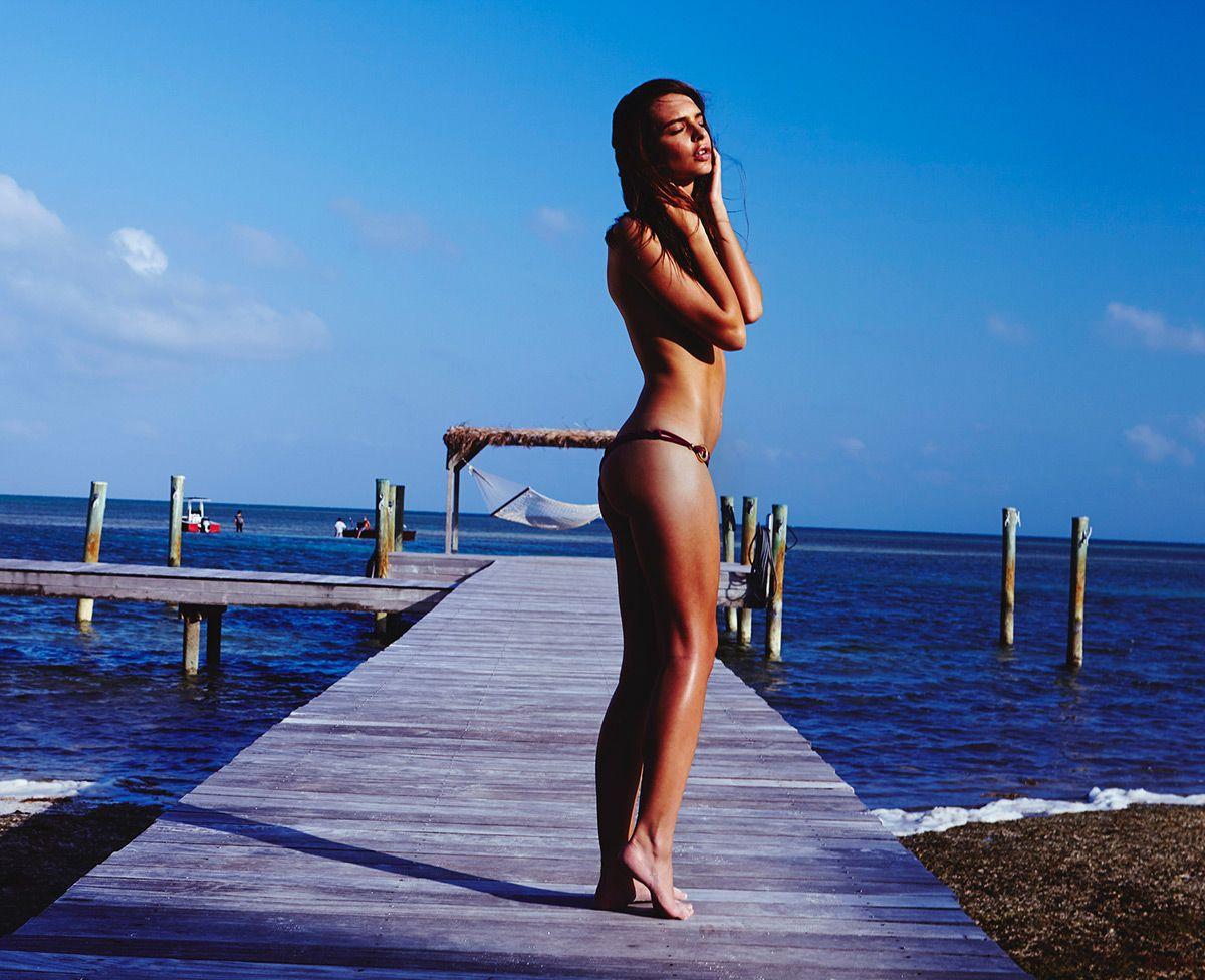 Эмили Ратажковски в пляжной фотосессии