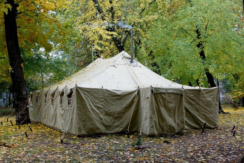 Армейская палатка в Мариинском парке